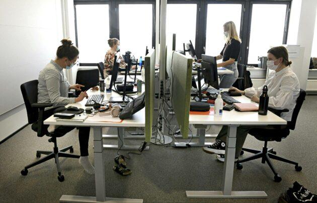 Koronajäljittäjät työskentelivät Kallion virastotalolla Helsingissä 18. maaliskuuta 2021.