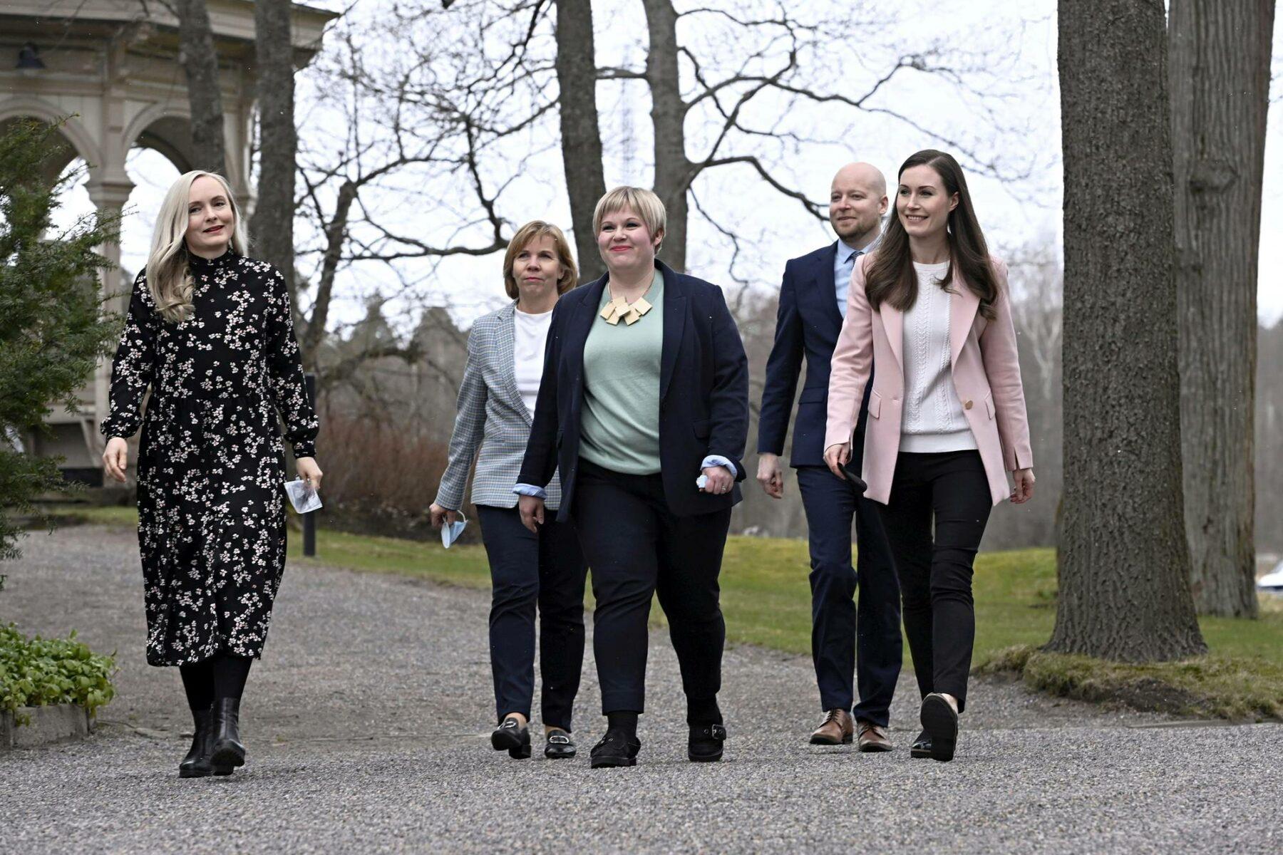 Ministerit Maria Ohisalo (vihr), Anna-Maja Henriksson (r), Annika Saarikko (kesk), Jussi Saramo (vas) ja pääministeri Sanna Marin (sd) kertoivat puolueidensa sovusta pääministerin virka-asunnolla Kesärannassa 28. huhtikuuta.