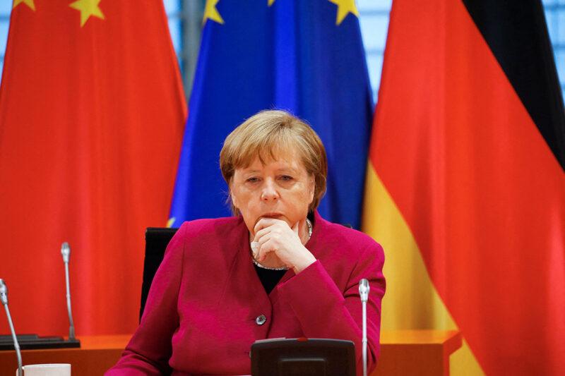 Saksan liittokansleri Angela Merkel osallistui videotapaamiseen Kiinan pääministerin Li Keqiangin kanssa huhtikuussa 2021.