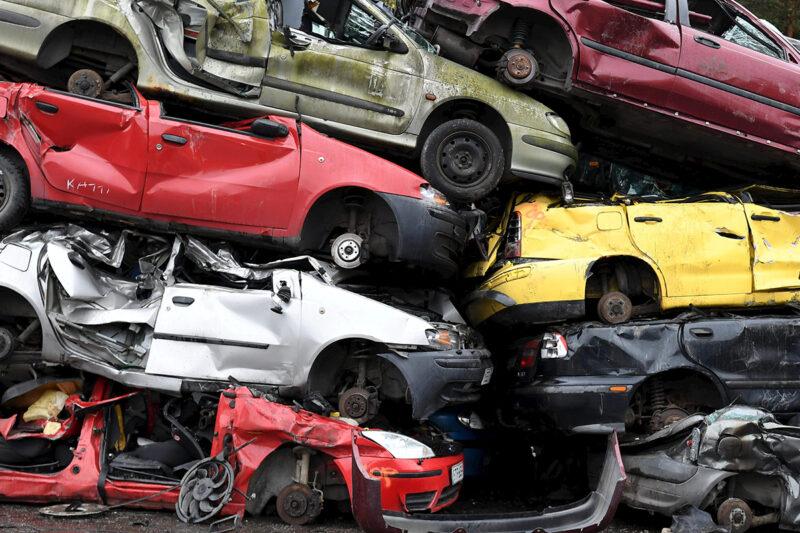Autonromut odottivat murskausta autokierrätysyritys Kuusakosken toimipisteellä Vantaalla lokakuussa 2020.