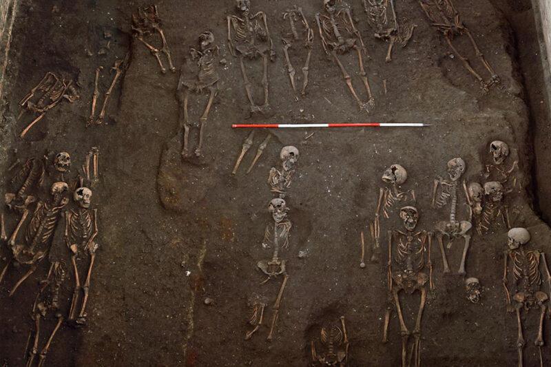 Keskiaikaisesta joukkohaudasta löytyneitä vainajia Britanniassa.