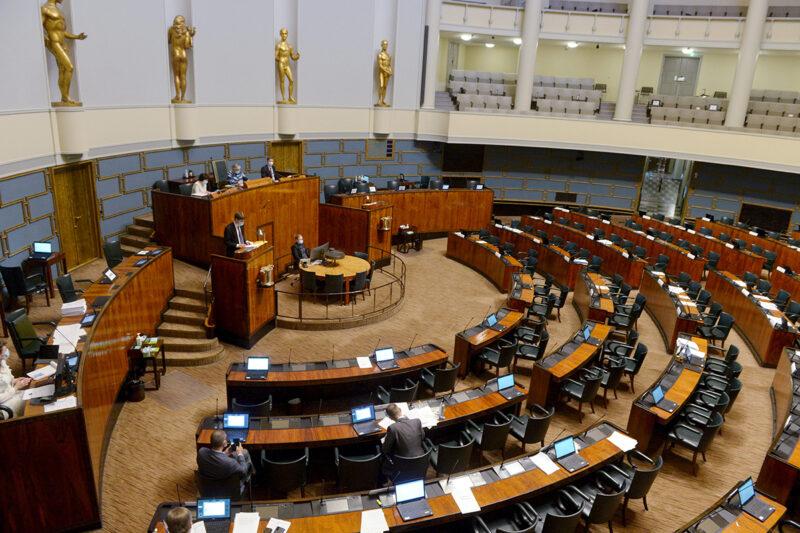 Eduskunnan täysistunto helatorstai-iltana 13. toukokuuta 2021. Eduskunta keskusteli EU:n elpymispaketista.