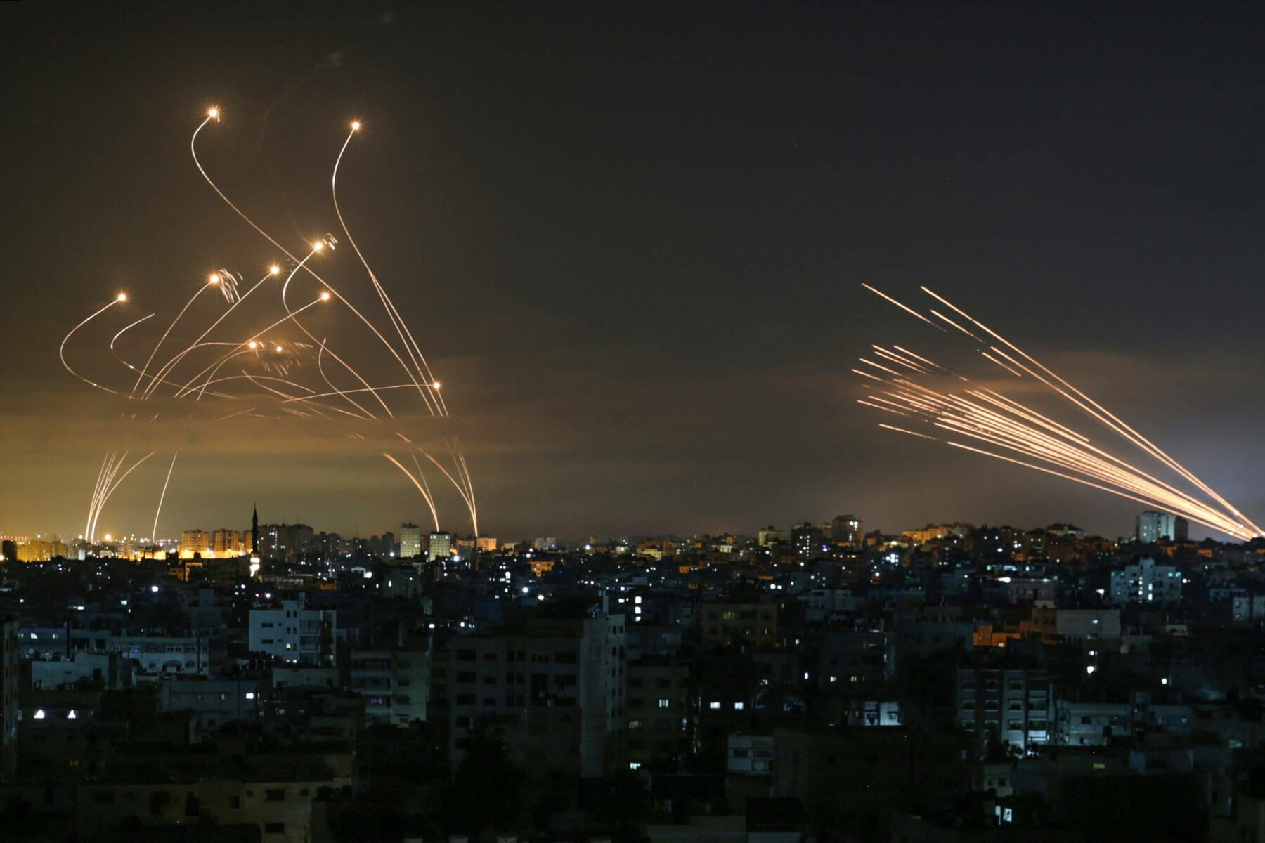 Israelin torjuntaohjukset (vas.) kaartavat kohti Gazan alueelta ammuttuja raketteja.