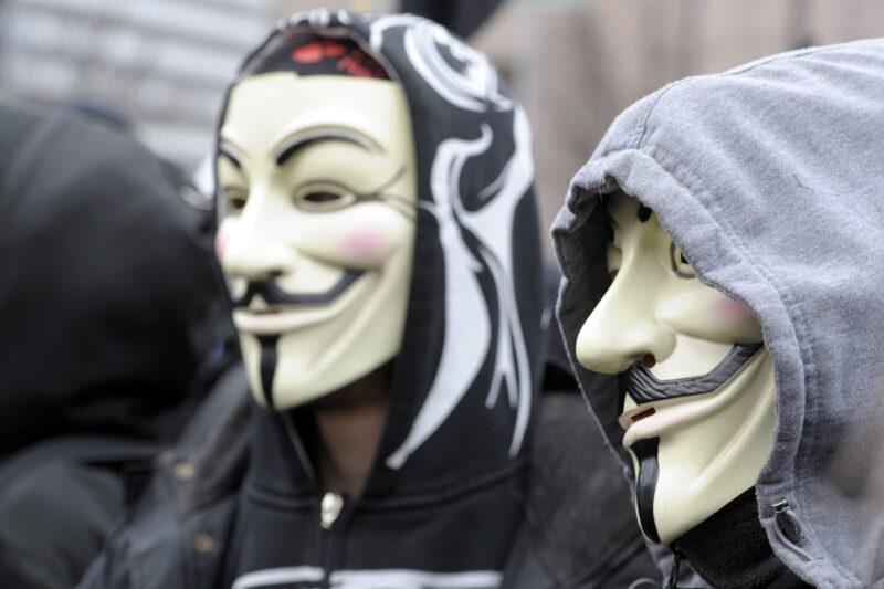 Guy Fawkes -naamareihin pukeutuneita anarkisteja Helsingissä vapunpäivänä 2014.