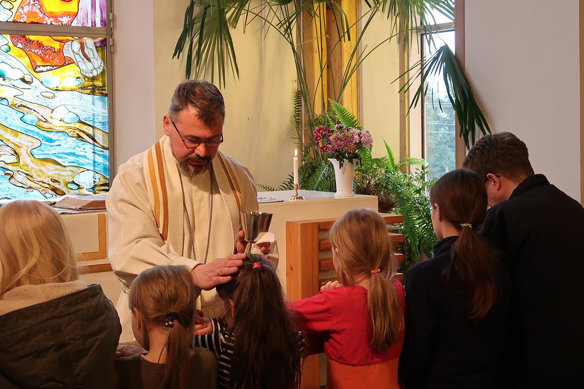 Inkerin kirkon pappi siunaa lapsia. Maltillisena pidetty Inkerin kirkko on tähän asti saanut toimia pääosin rauhassa.