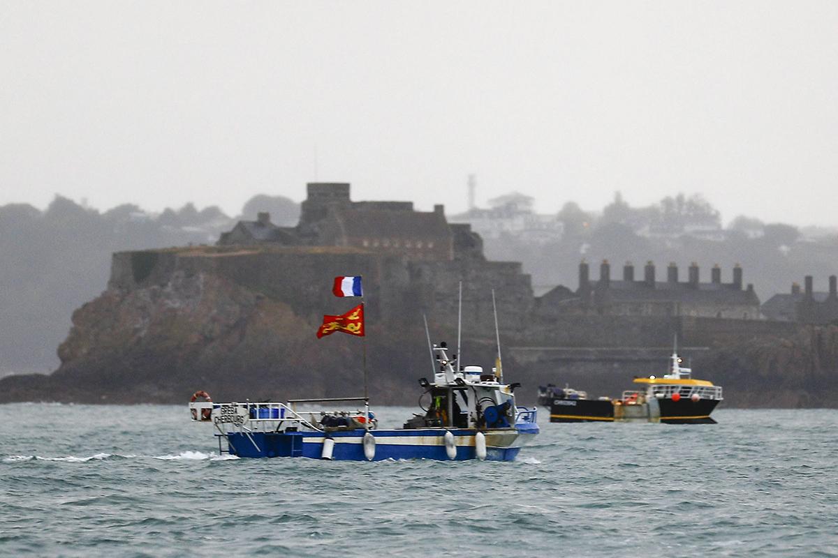 Kymmeniä ranskalaisia kalastusaluksia kokoontui protestiin Jerseyn saarella sijaitsevan Saint Helierin sataman edustalle torstaina 6. toukokuuta 2021.