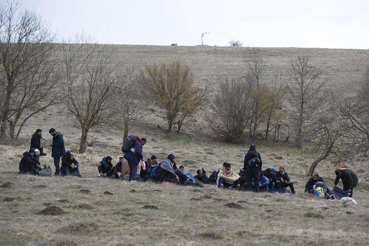 Turvapaikanhakijoita Kroatian rajan läheisyydessä Länsi-Bosniassa 21. huhtikuuta.