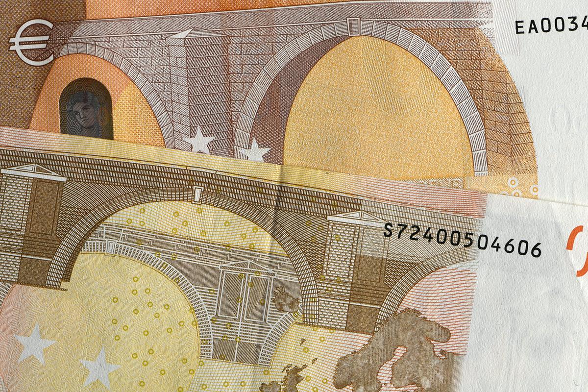Vanha 50 euron seteli (alhaalla) ja uusi 50 euron seteli (ylhäällä) 3. huhtikuuta 2017.