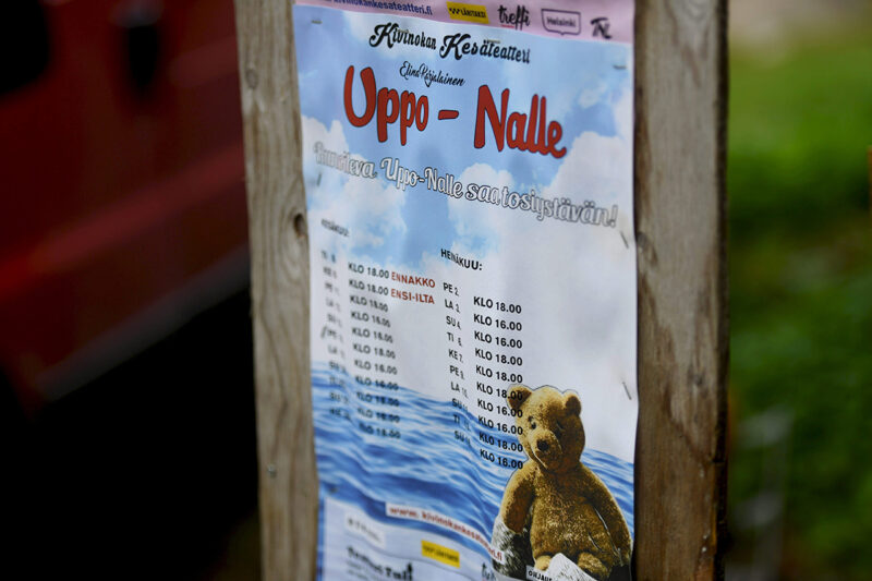 Kivinokan kesäteatterin mainos tulevasta Uppo-Nalle -näytelmästä.