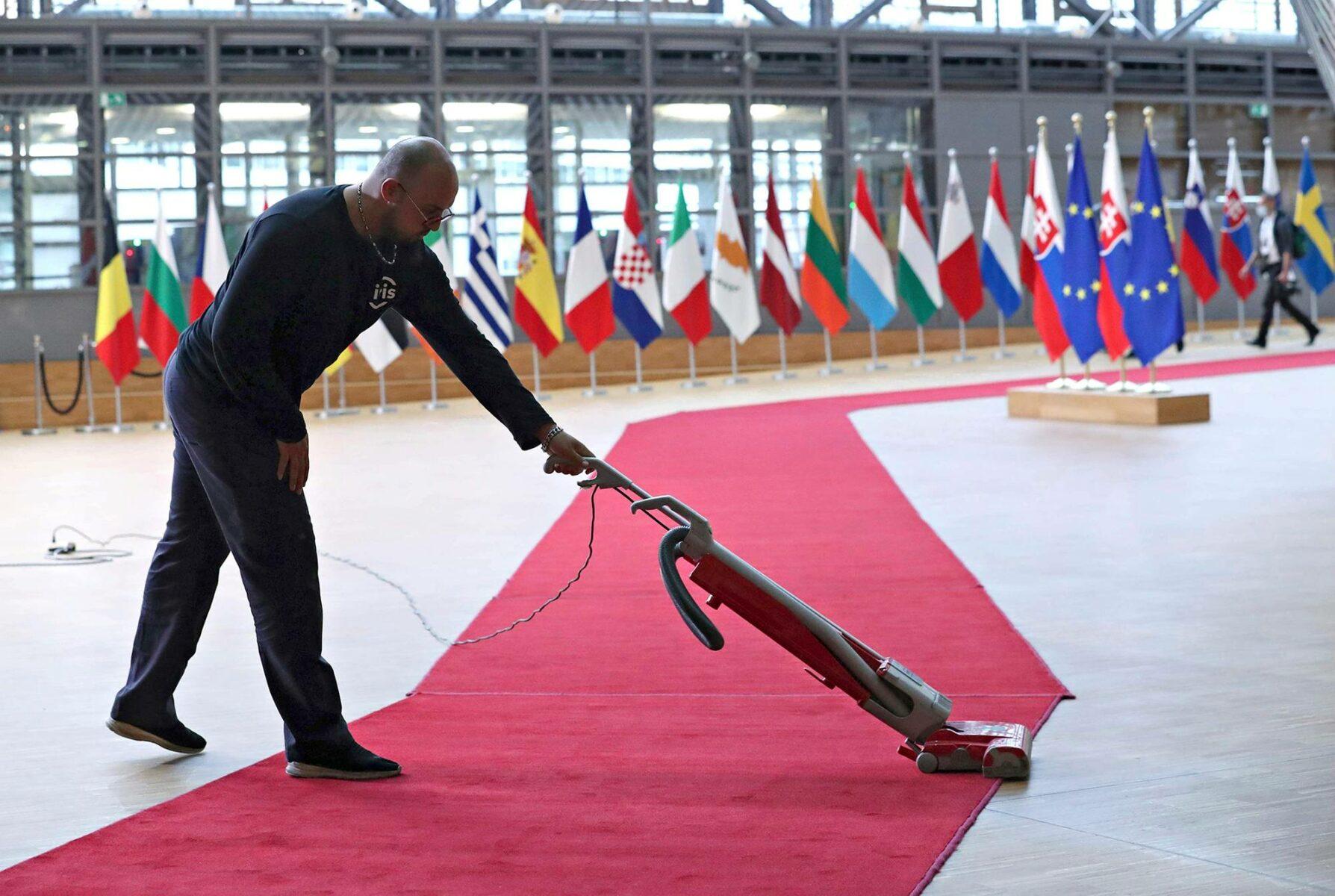 Valtioiden päämiehet neuvottelivat elpymispaketista Eurooppa-neuvoston tiloissa heinäkuussa 2020.