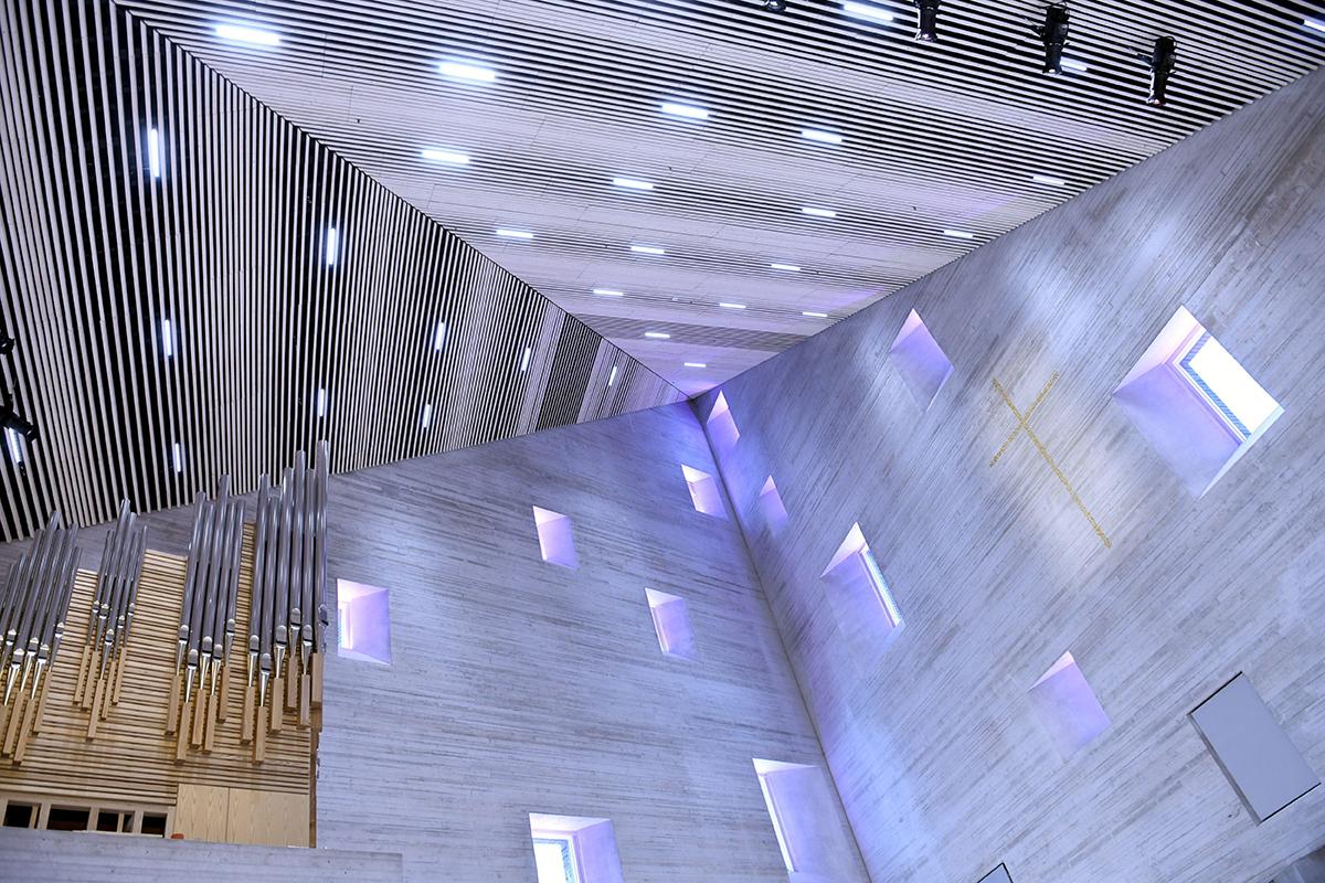 Tikkurilan uuden kirkon kirkkosali Vantaalla tammikuussa 2021.