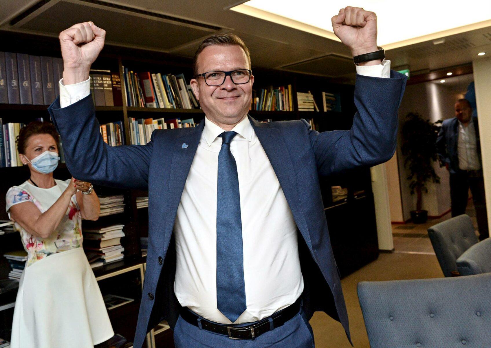 Puheenjohtaja Petteri Orpo juhli kokoomuksen menestystä vaalivalvojaisissa.