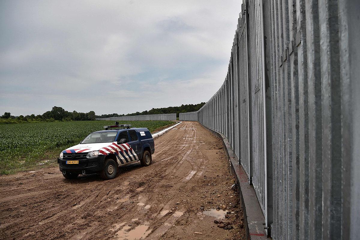Frontexin partio Kreikan ja Turkin rajalla Évrosjoella lähellä Porosin kylää 8. kesäkuuta 2021. Rajalla on 40 kilometriä pitkä ja viisi metriä korkea teräsaita.