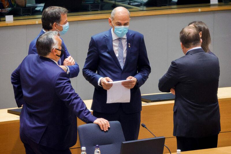 Slovenian pääministeri Janez Janša (kesk.) keskusteli Unkarin pääministerin Viktor Orbánin (vas.) ja BelgiAn pääministerin Alexander De Croon (toinen vas.) kanssa Brysselissä 25. toukokuuta 2021.
