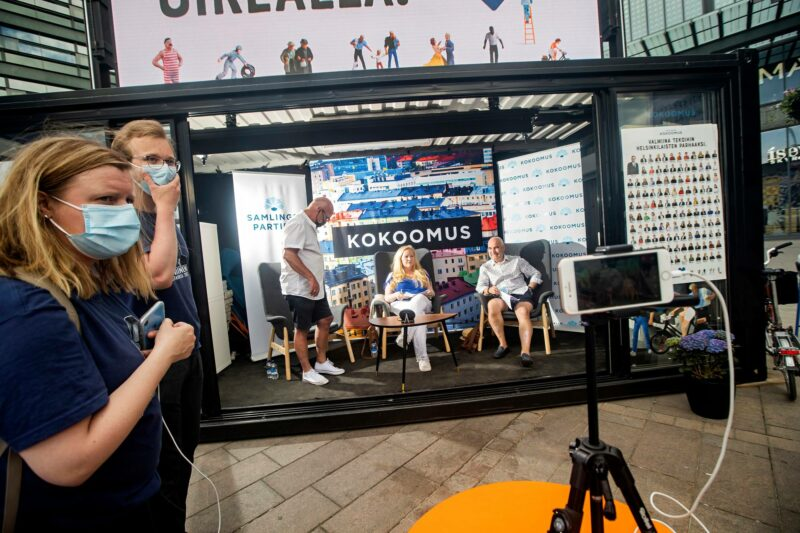 Sunnuntaina 6. heinäkuuta Helsingin Kokoomus teki livelähetyksiä puolueen Facebook-sivulle kontissa Narinkkatorilla.
