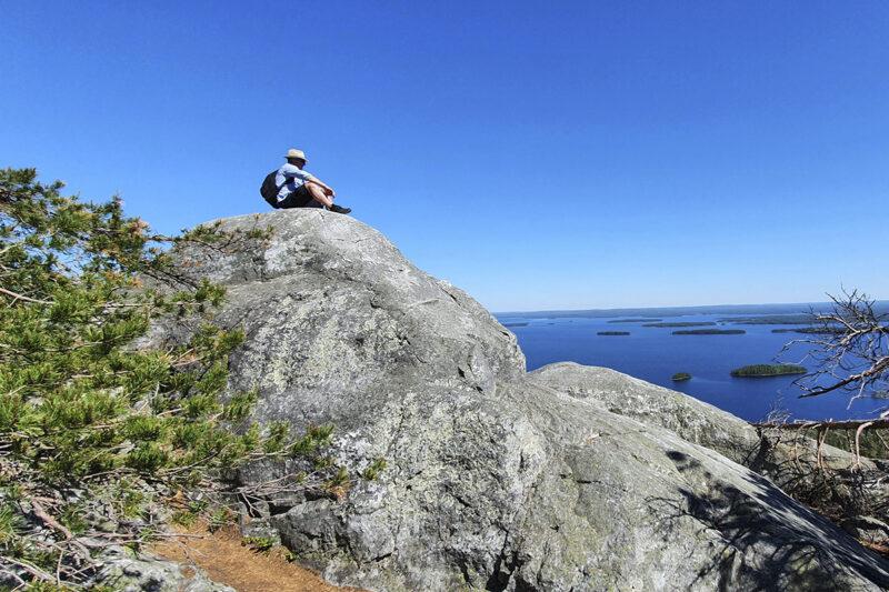 Matkailija Kolin kansallispuistossa kesäkuussa 2020.
