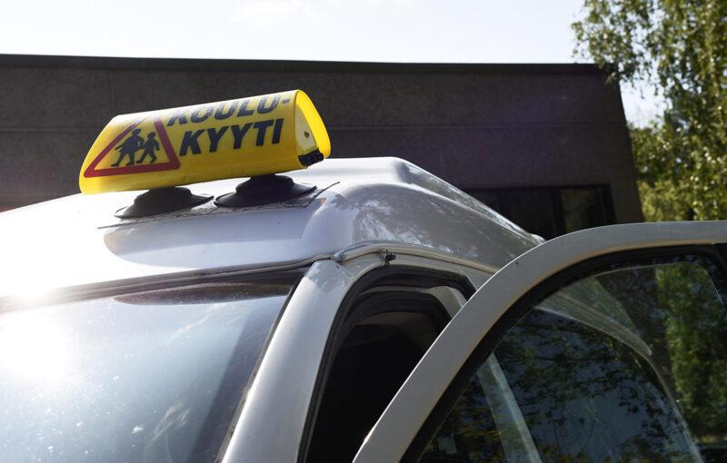 Koulukyytejä tarjoava taksi. Kuvituskuva.