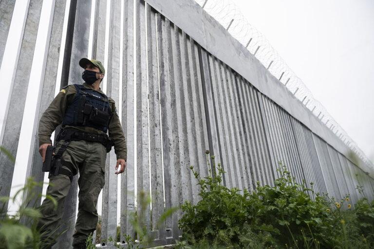Poliisi partioi Évrosjoen varrelle rakennetulla teräsaidalla Kreikan ja Turkin rajalla 21. toukokuuta 2021.