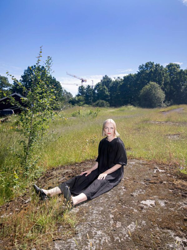 Kirjailija, tutkija ja somevaikuttaja Minja Koskela kuvattiin Annalan puistossa Helsingin Vanhassakaupungissa.
