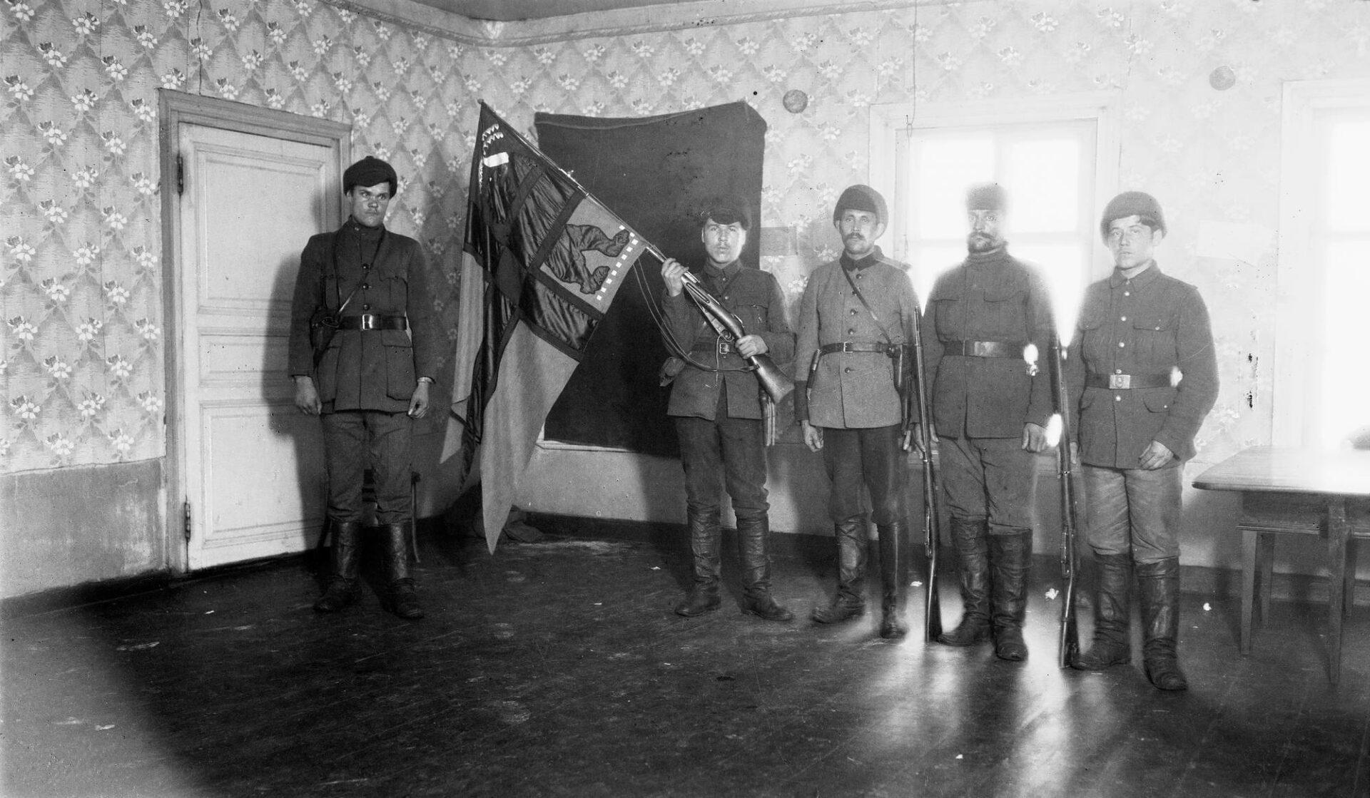 Metsäsissien lippuvartio Aunuksella vuonna 1921 tai 1922. Itä-Karjalan sotalipun suunnitteli Akseli Gallen-Kallela.