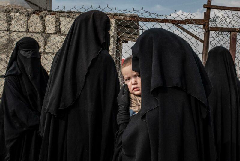 Marraskuu 2019. Venäläinen nainen ja hänen lapsensa al-Holin leirin ulkomaalaisten osassa, annexissa. He jonottavat päästäkseen lääkäriin.