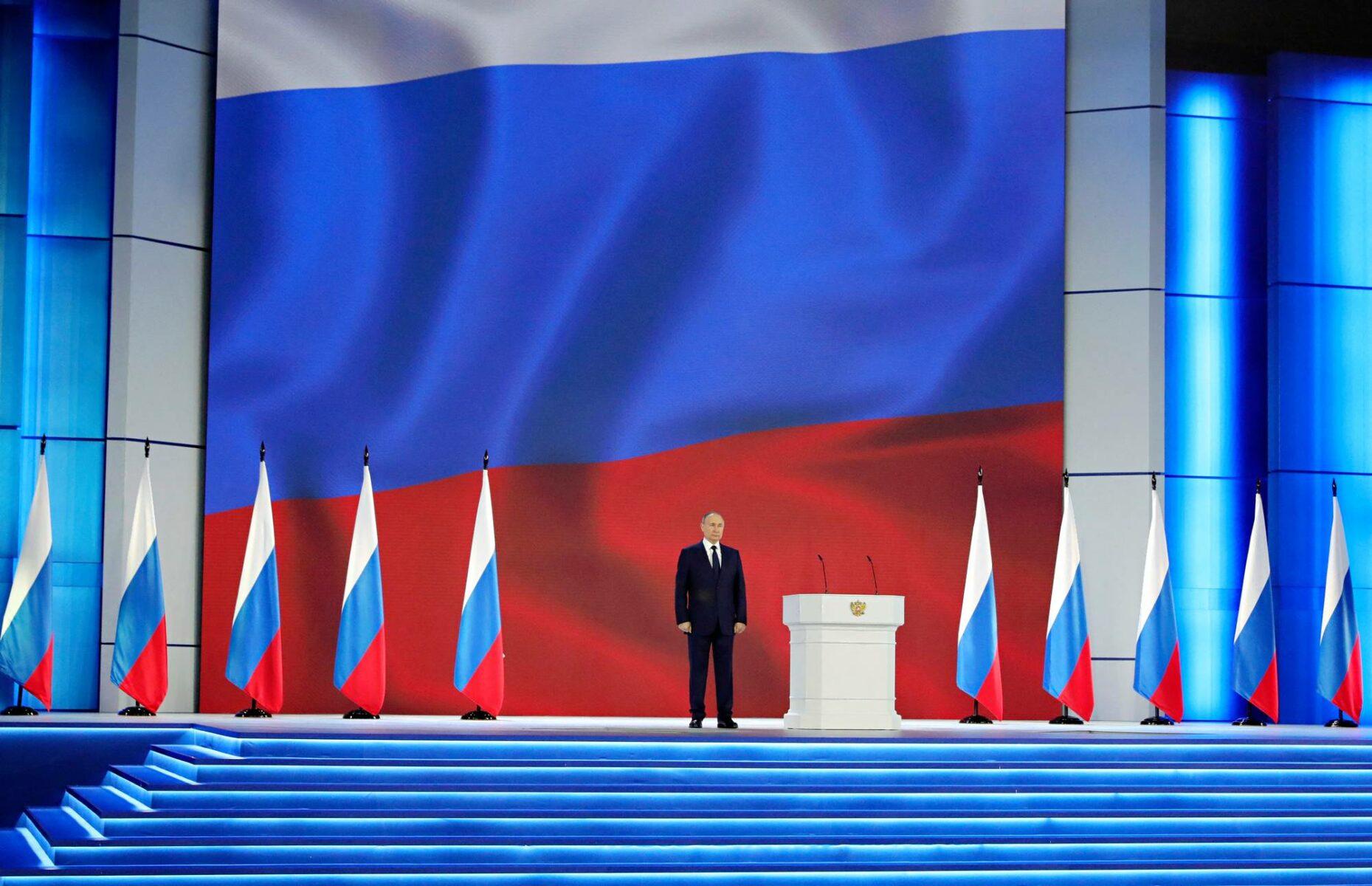 Presidentti Vladimir Putin piti vuotuisen puheensa kansakunnan tilasta Moskovan Maneesi-näyttelyhallissa 21. huhtikuuta 2021. Samaan aikaan mielenosoittajat vaativat Aleksei Navalnyin vapauttamista ja suhteet länsimaihin olivat kiristyneet entisestään venäläisjoukkojen ryhmityttyä uhkaavasti Ukrainan rajoille.