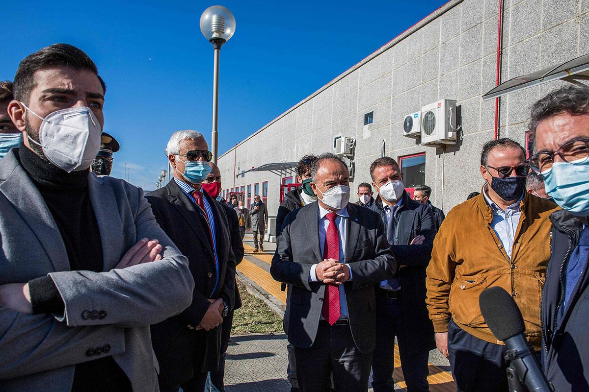 Valtionsyyttäjä Nicola Gratteri (kesk.) Lamezia Termessä Calabriassa Italiassa 15. joulukuuta 2020. Suuroikeudenkäynti 'Ndrangheta-mafiajärjestöä vastaan käydään takana näkyvässä bunkkerissa.