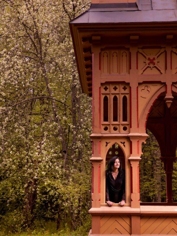 Niina Mero on hämeenlinnalainen viihdekirjailija. Hänet kuvattiin Ruusulaakson paviljongissa Aulangolla.
