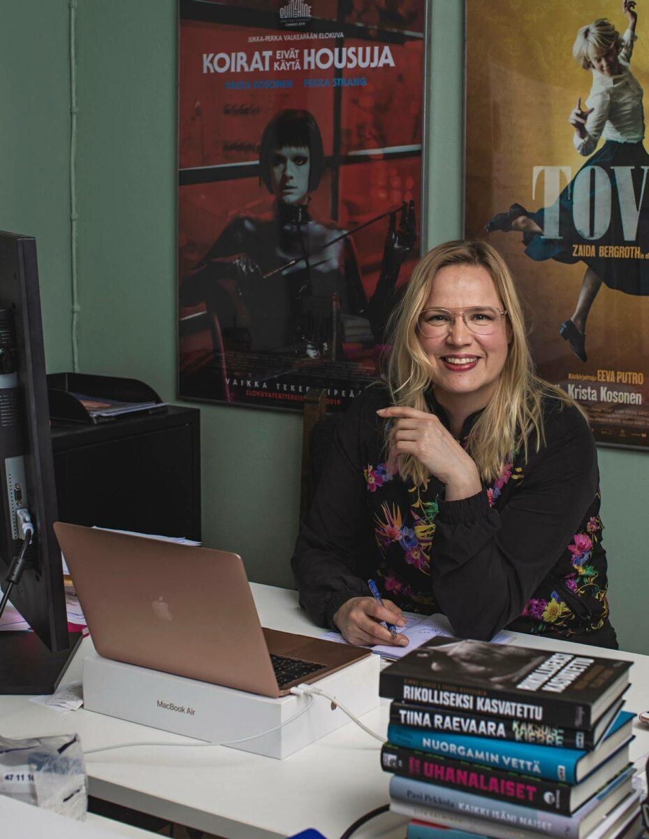 Draamatuottaja Mia Ylönen työhuoneellaan Helsingin keskustassa.