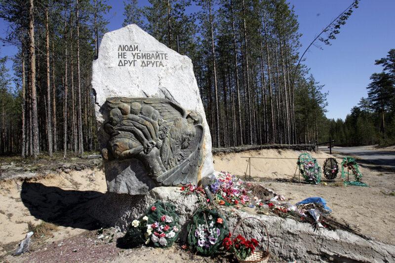 Stalinin vainojen uhrien muistomerkki Sandarmohin metsässä lähellä Karhumäen kaupunkia Venäjän Karjalassa.