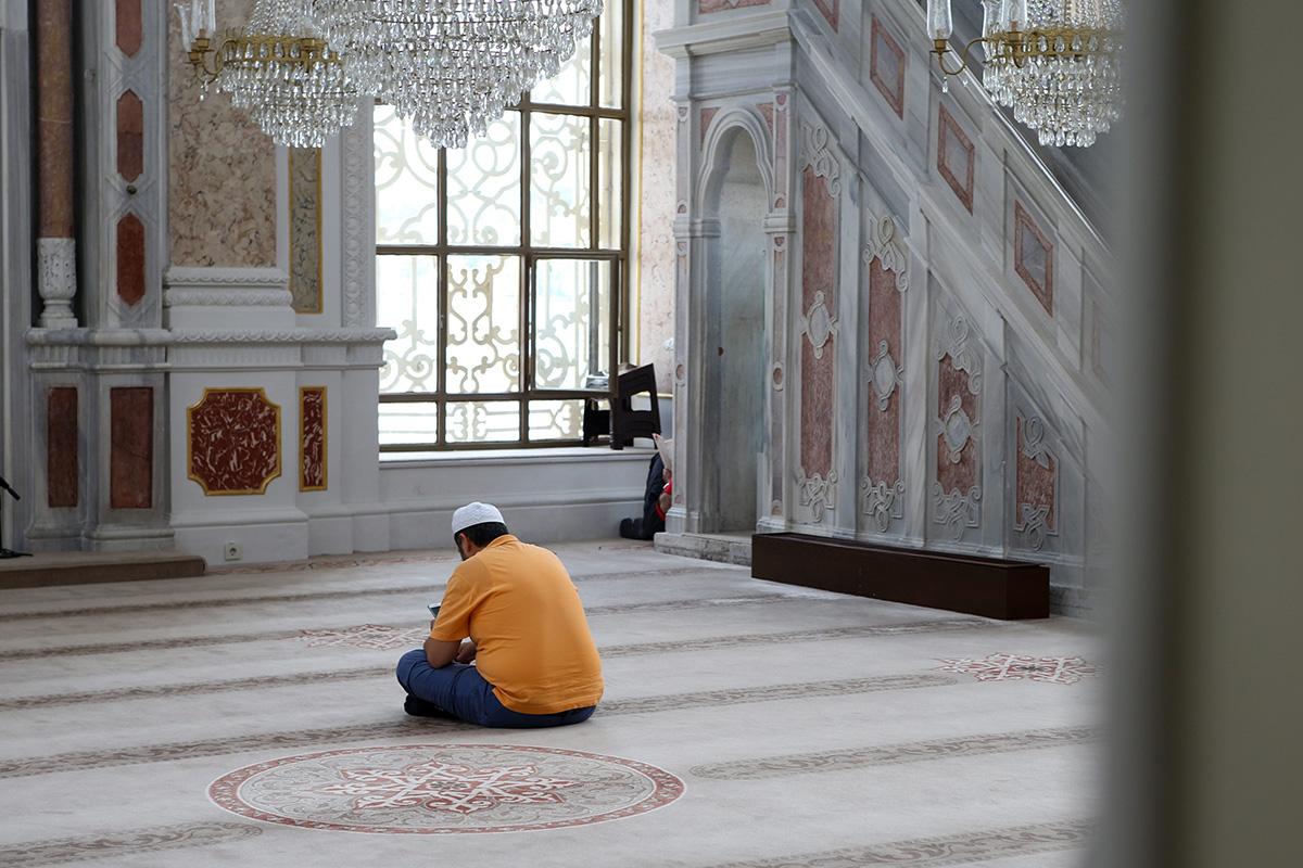 Yksinäinen mies istui istambulilaisessa moskeijassa.