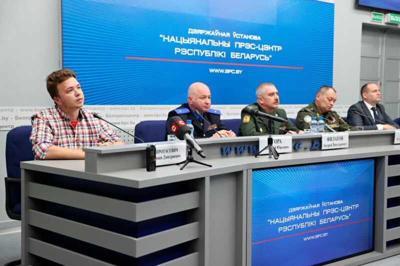Vangittu oppositioaktivisti Raman Pratasevitš (vas.) esiintyi tiedotustilaisuudessa 14. kesäkuuta.