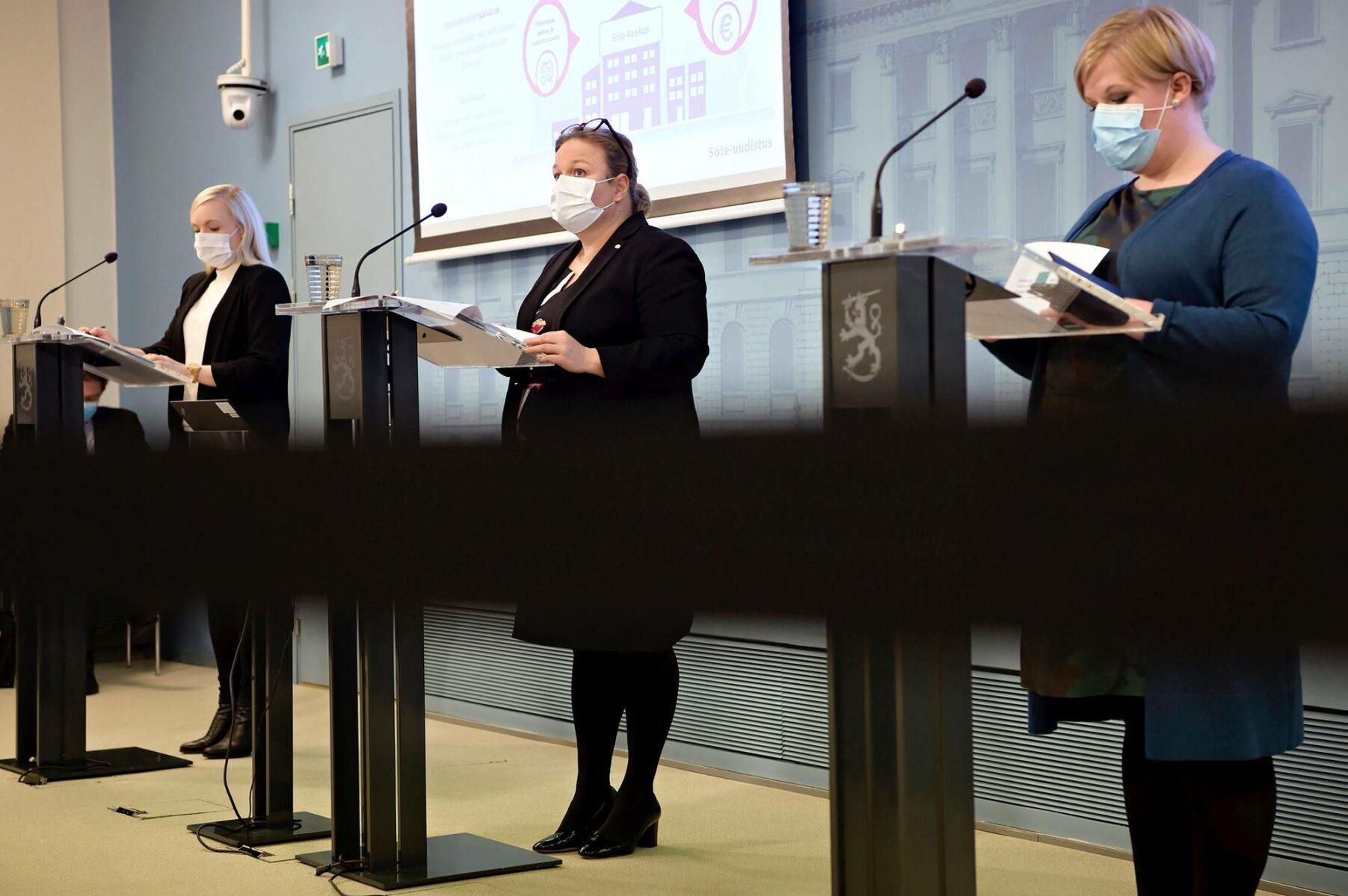 Ministerit Maria Ohisalo (vihr), Krista Kiuru (sd) ja Annika Saarikko (kesk) esittelivät sote-uudistusta 13. lokakuuta 2020.
