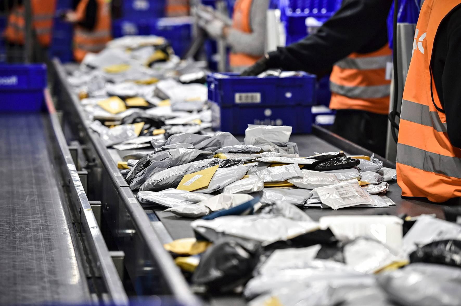 Kiinasta tilattuja verkkokaupan kirjelähetyksiä lajitellaan Postissa.