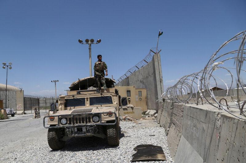 Afganistanin armeijan sotilas Bagramin lentotukikohdassa 2. heinäkuuta 2021 viimeistenkin Yhdysvaltain ja Naton joukkojen lähdettyä.
