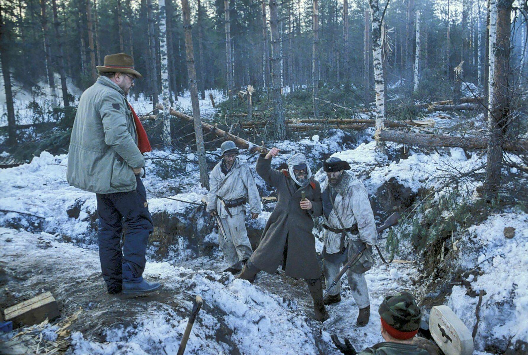 Elokuvaohjaaja Pekka Parikka (vas.) Talvisota-elokuvan kuvauksissa.