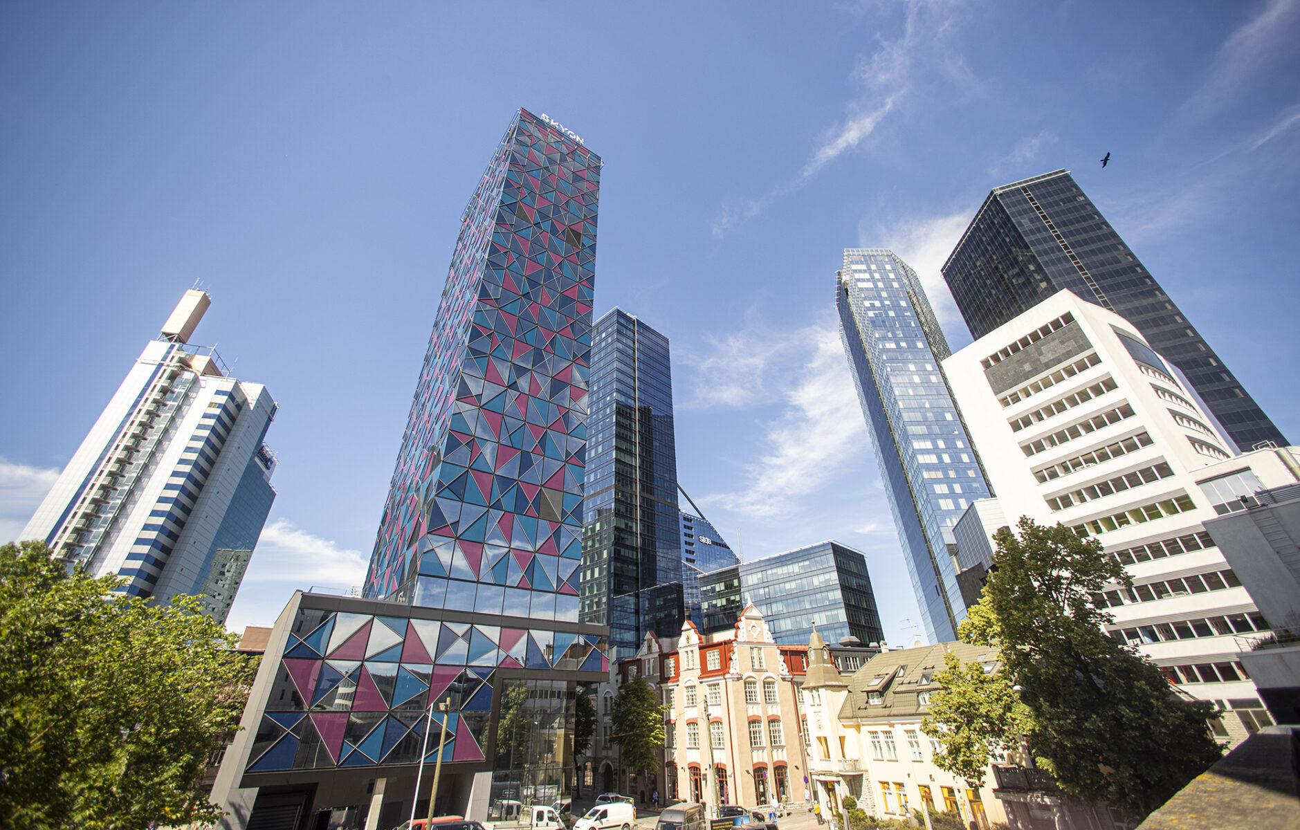 Tallinnan Kesklinnan alue kasvaa nopeasti. Maisemaa hallitsevat uudet pilvenpiirtäjät.