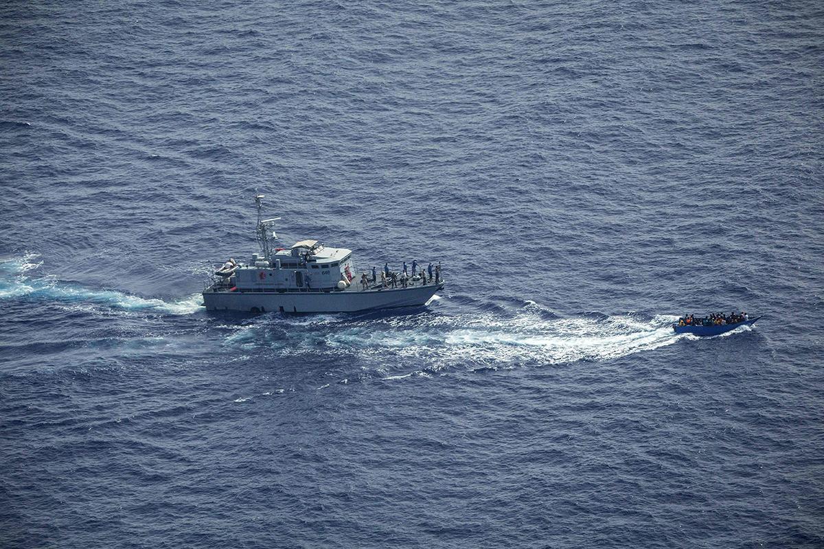 Saksalaisen pelastusjärjestön Sea-Watchin kuva on järjestön työtekijöiden mukaan tilanteesta, jossa Libyan rannikkovartioston veneestä ammuttiin pakolaisia kuljettanutta puuvenettä Välimerellä 30. kesäkuuta 2021.