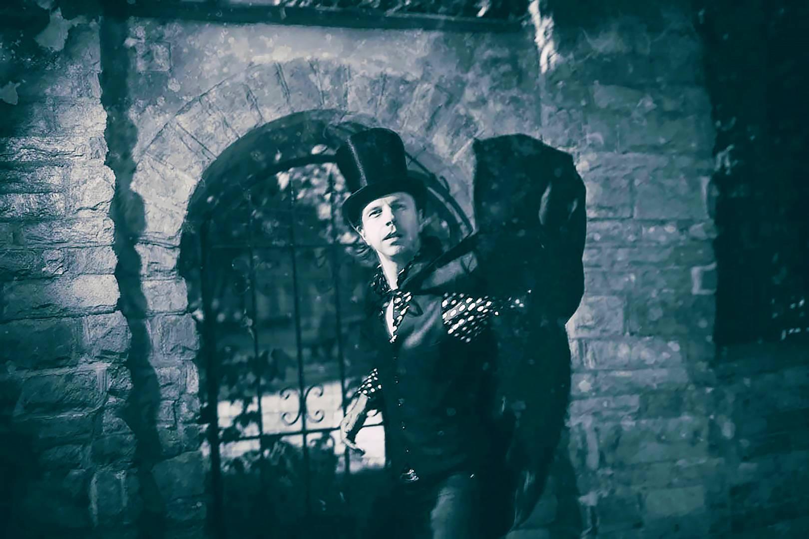 Tomi Pulkkinen suomentaa ja säveltää Lordi Byronia.