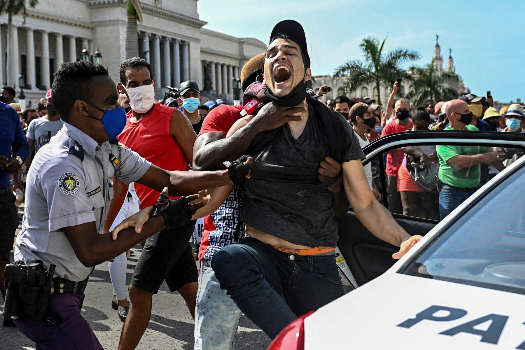 Poliisi pidättää mielenosoittajan Havanassa. Kuubassa nähtiin 11. heinäkuuta laajimmat hallitusta vastustavat mielenosoitukset lähes 30 vuoteen.