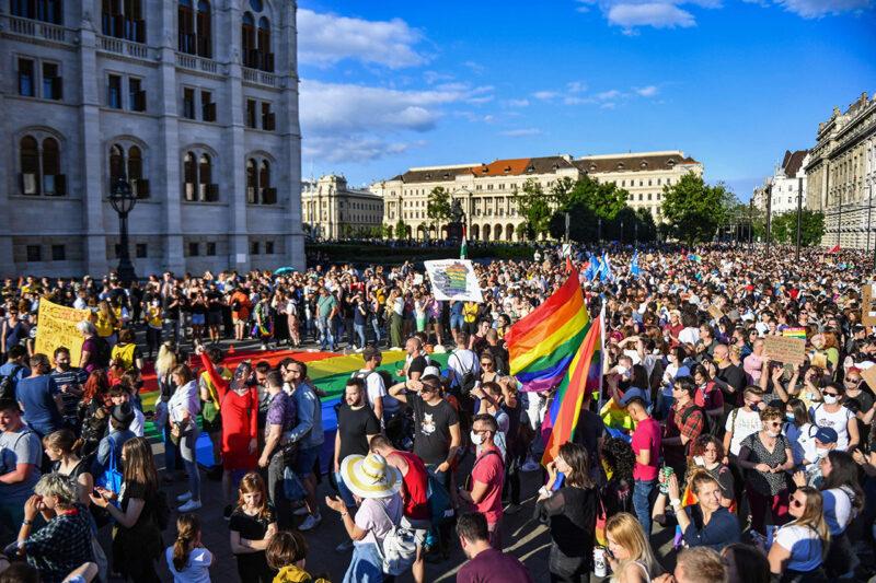 Unkarilaiset osoittivat mieltään seksuaalivähemmistöjen oikeuksia heikentävää lakiesitystä vastaan Budapestissa 14. kesäkuuta.