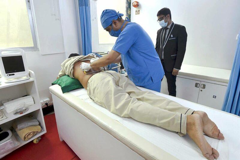 Potilas saa kiinalaista magneettiterapiaa klinikalla Bangladeshissa.
