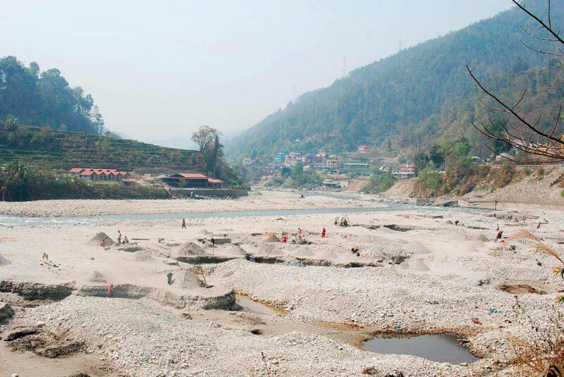 Hiekkakaivanto lähellä Katmandua Nepalissa.