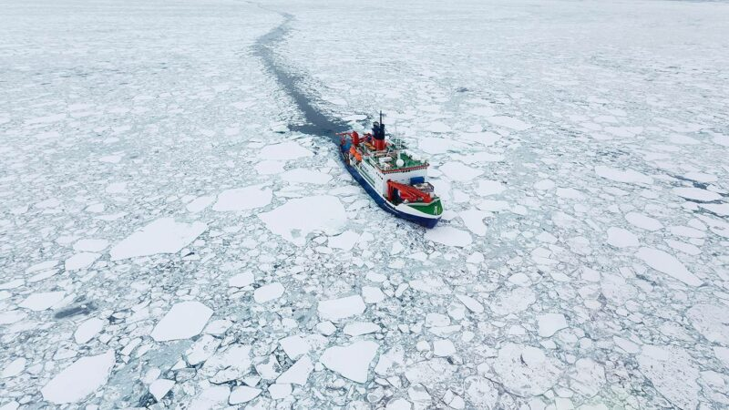 Polarstern-tutkimusalus arktisella alueella.