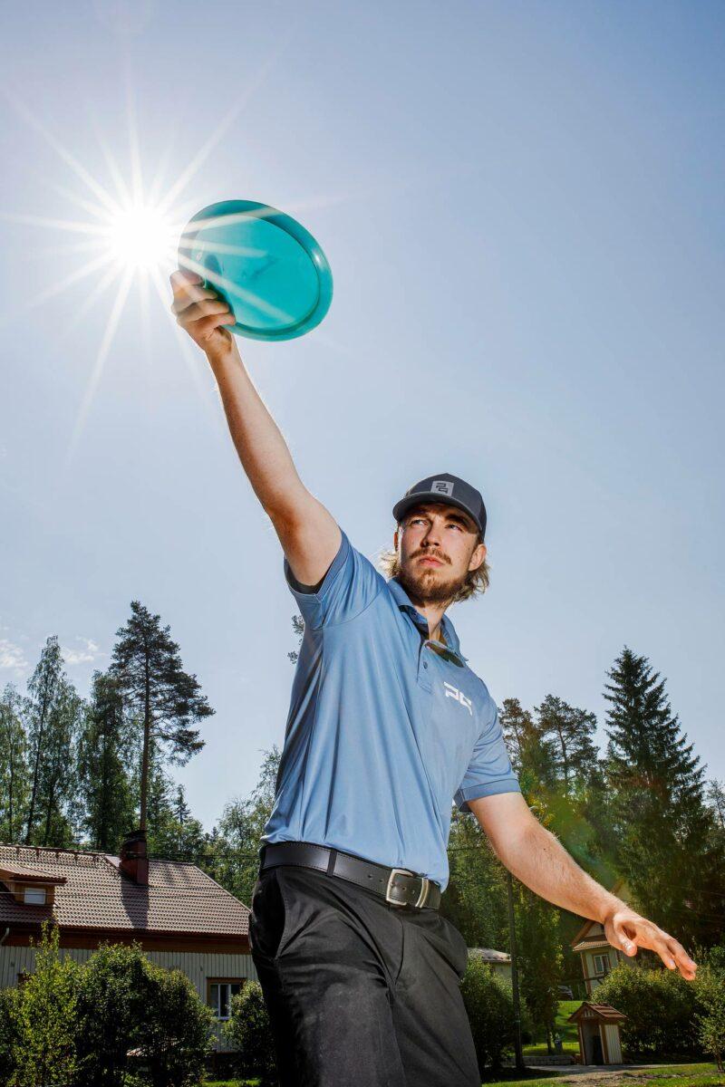 Jyväskyläläinen Väinö Mäkelä on frisbeegolf-ammattilainen.