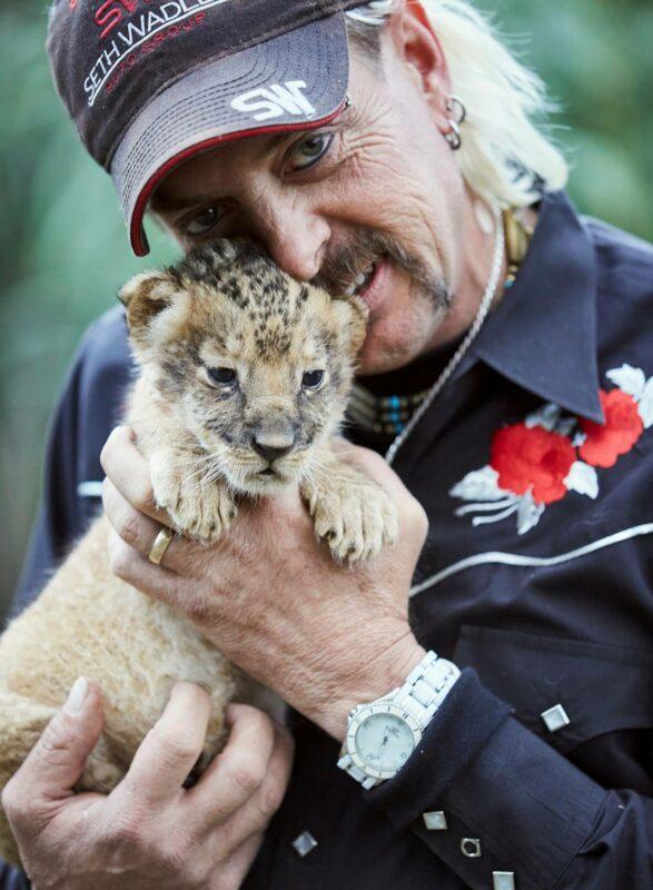 Joe Exotic eläinpuistossaan vuonna 2015. Myös asiakkaille tarjottiin mahdollisuutta poseerata ja leikkiä villieläinten pentujen kanssa. Joe Exotic kertoo Tiger Kingissä, että yhdellä pennulla voi saada 100000 dollarin tulot.