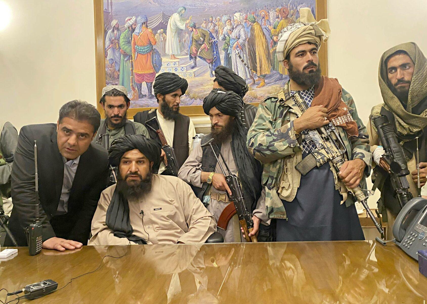 Taliban-taistelijat valtasivat presidentin palatsin Kabulissa 15. elokuuta.