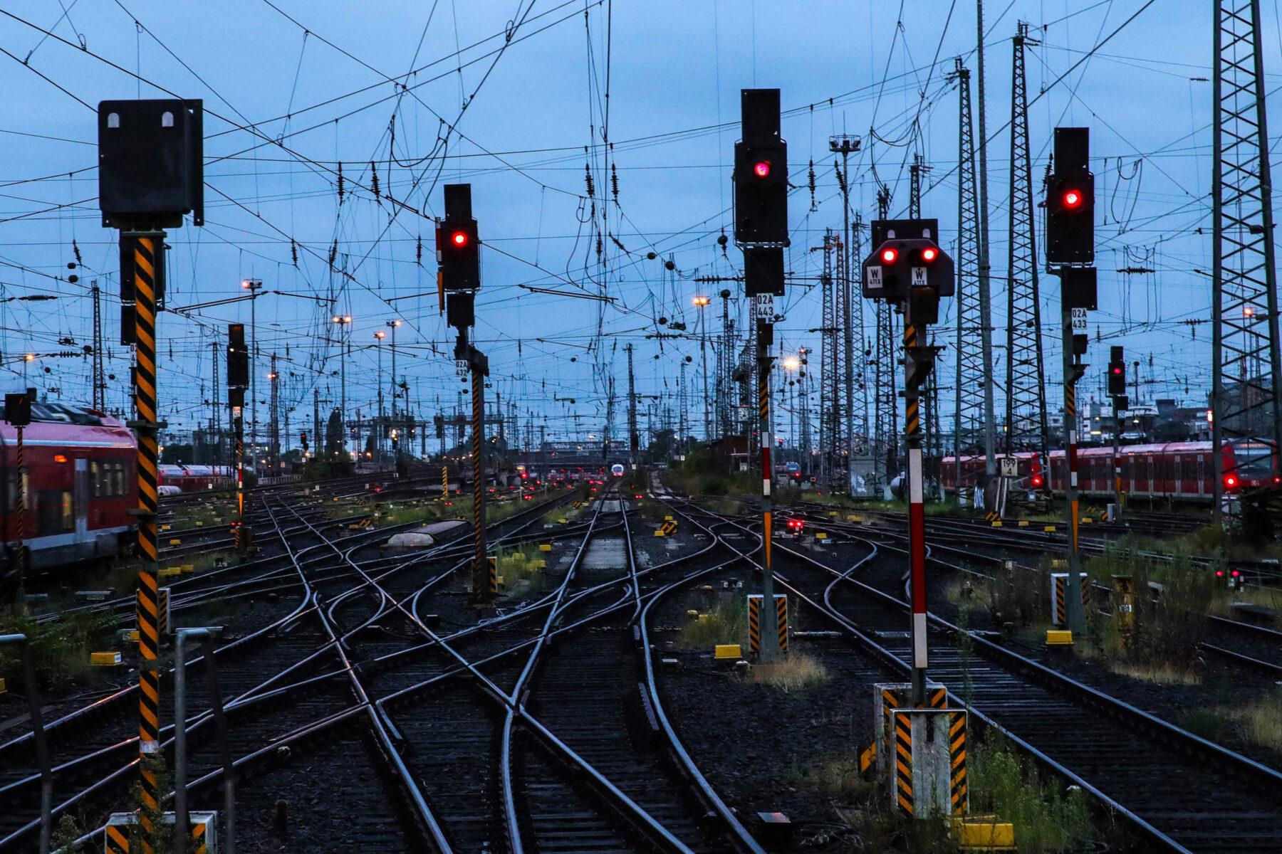 Raiteita Frankfurtin päärautatieasemalla Saksassa.