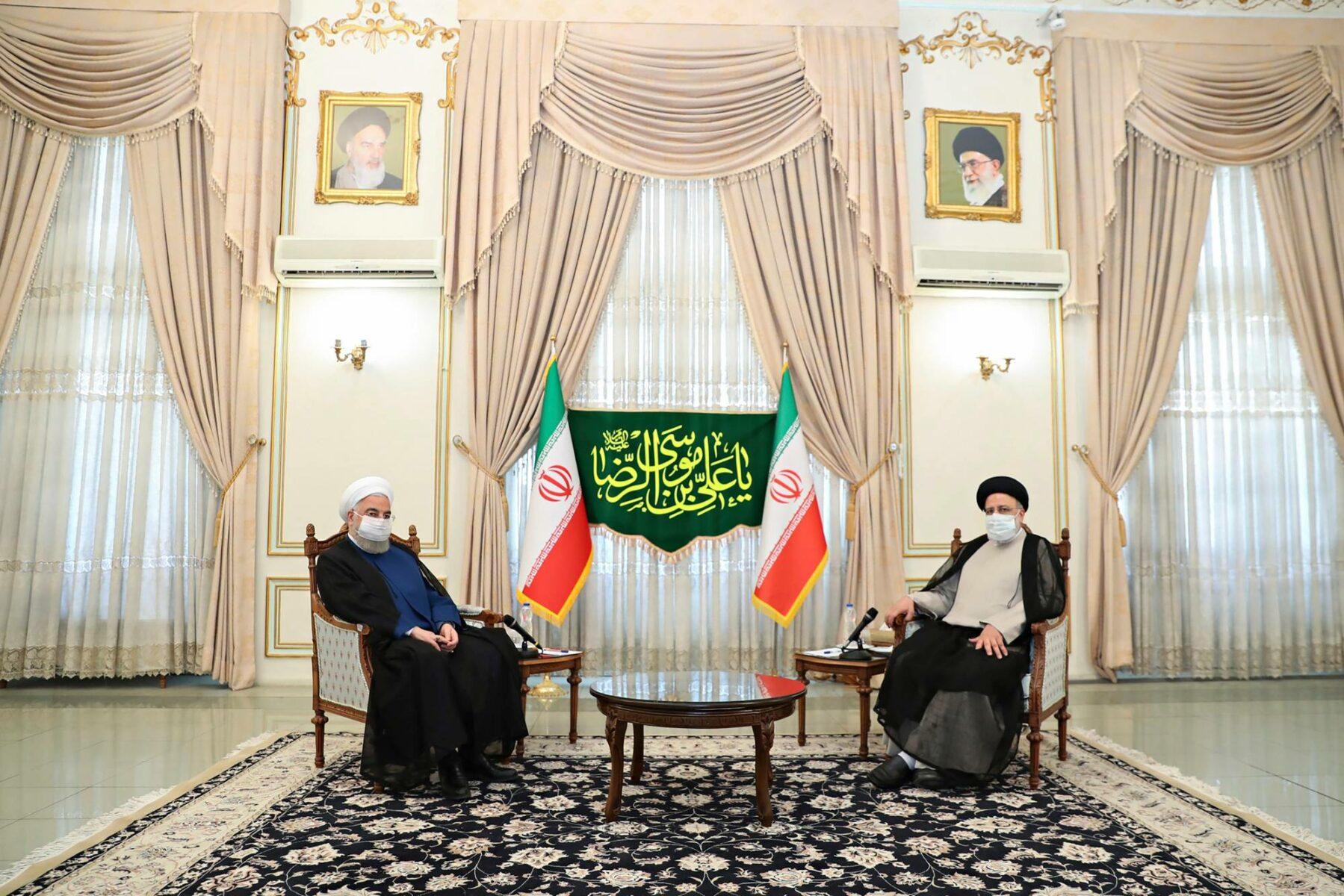 Iranin väistyvä presidentti Hassan Ruhani (vas.) ja hänen seuraajansa Ebrahim Raisi. Ruhani oli ydinsopimuksen takuumies.