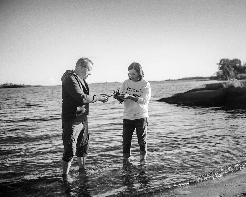 Ilkka Herlin ja Saara Kankaanrinta löytävät kotinsa rannalta rakkohaurua eli rakkolevää, joka kärsii Itämeren rehevöitymisestä.